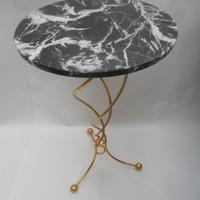 Hllywood regency table . Black marble top guilded base