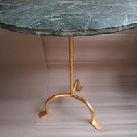 Tafel met marmer blad en verguld gesmede onderkant  . 75 cm hoog blad is 70 cm .